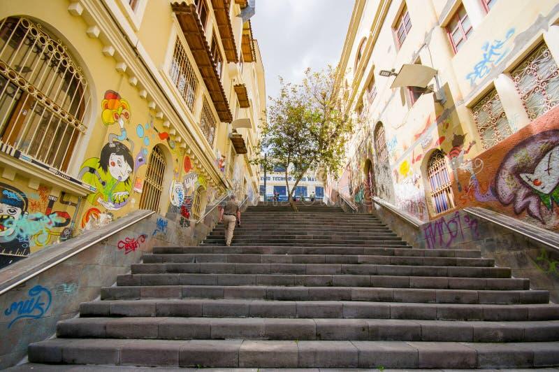 昆卡省,厄瓜多尔- 2015年4月22日:与都市艺术和街道画连接的城市街道的迷人的具体楼梯 免版税库存照片