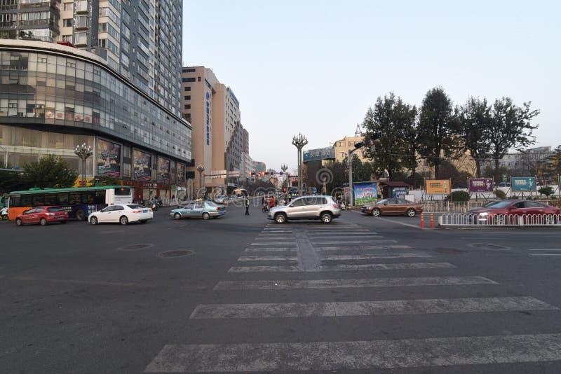 昆明,中国,2017年2月08日:汽车在中国c的街道上驾驶 库存照片