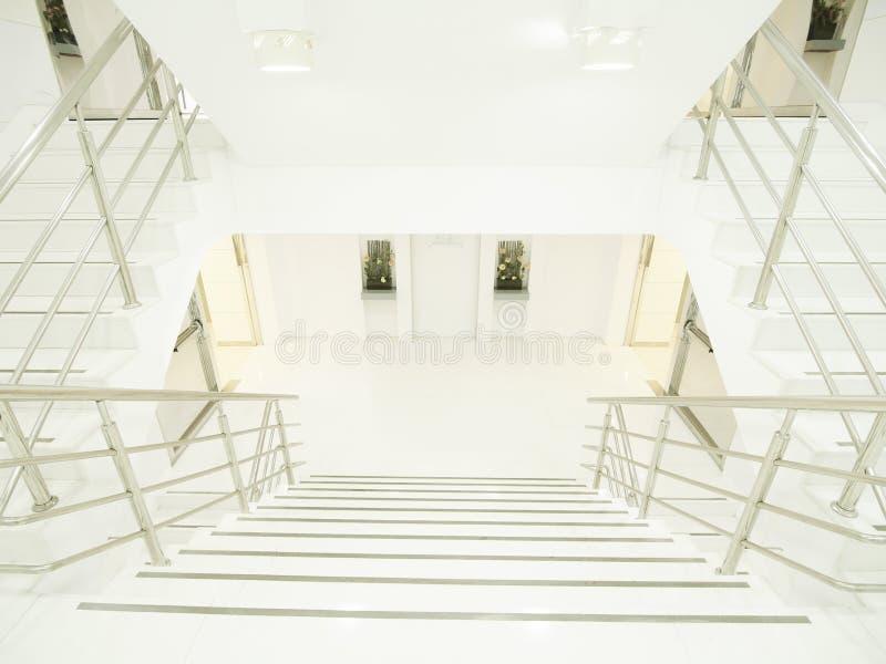 明亮和干净的楼梯 库存照片