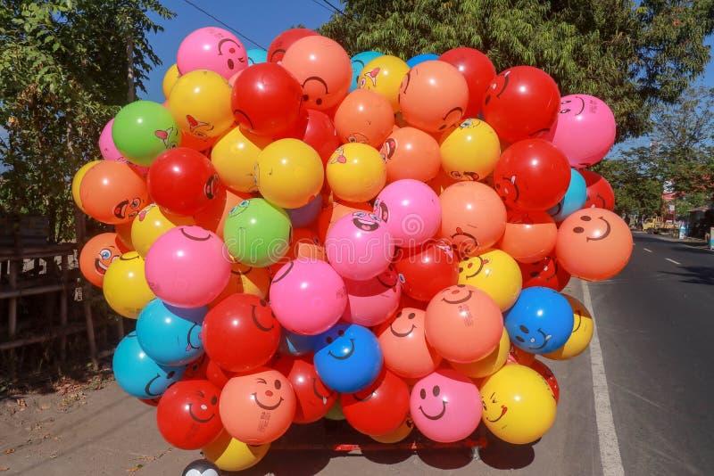 明亮地上色了气球充满孩子喜悦的氦气  可膨胀的生日气球气球 为庆祝准备 免版税图库摄影