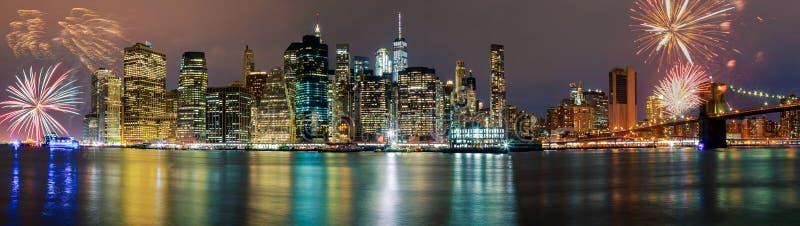 明亮地五颜六色的fireworksNew约克市曼哈顿大厦地平线夜晚上 库存图片