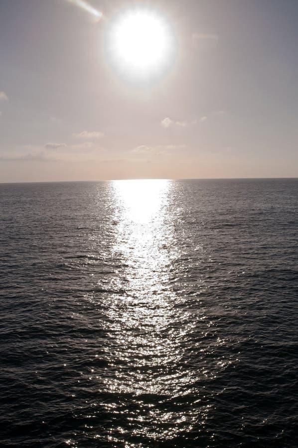 明亮地发光与它的太阳是在太平洋的反射 图库摄影