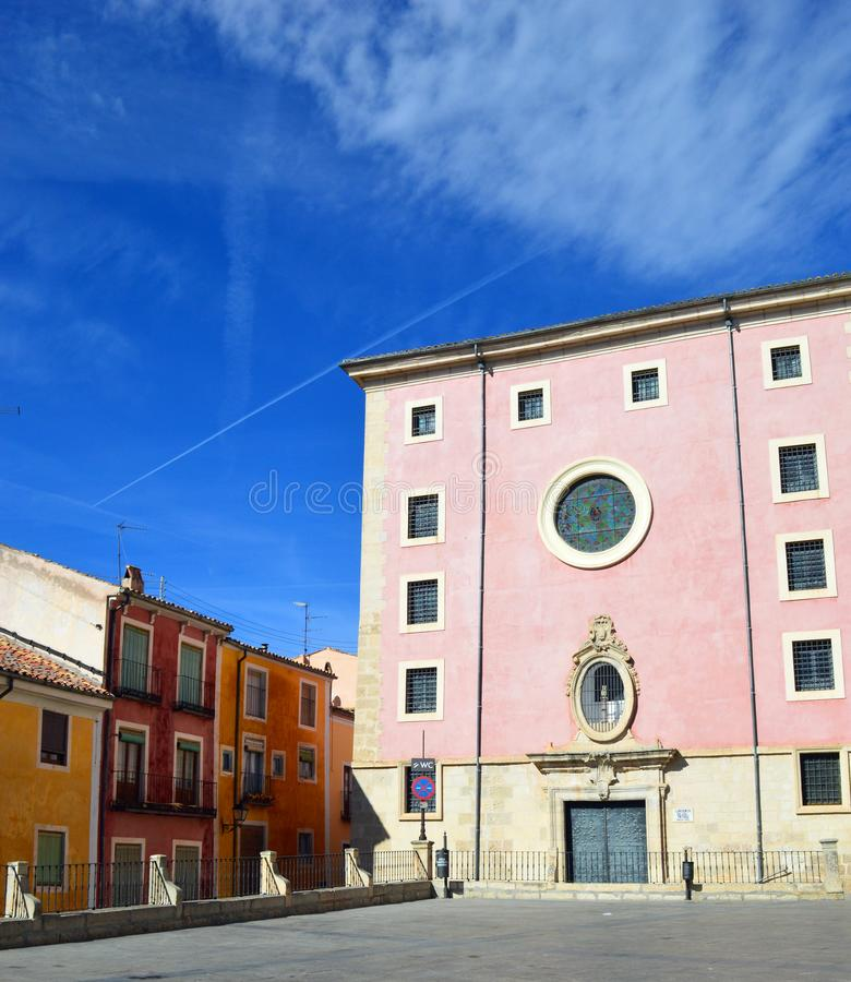 明亮地色的大厦在昆卡省老中世纪镇  免版税库存图片