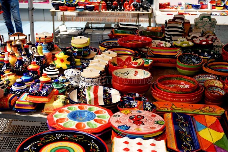 明亮地色的手画陶瓷在西班牙市场上 免版税库存图片