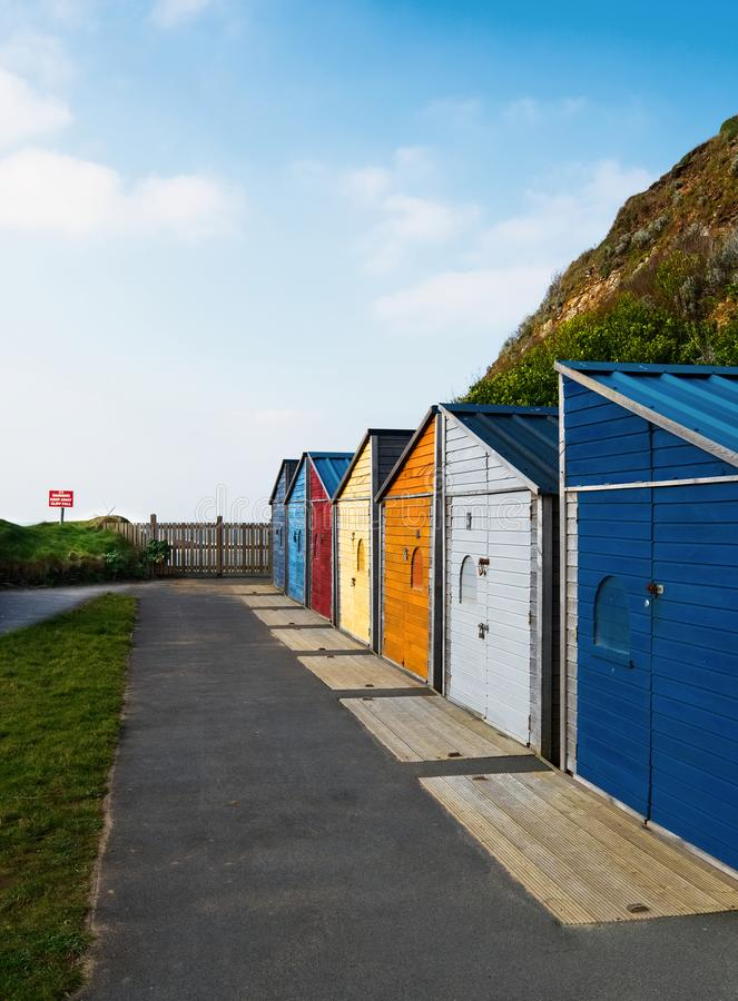 明亮地色的海滩小屋, Summerleaze海滩, Bude,康沃尔郡 库存照片