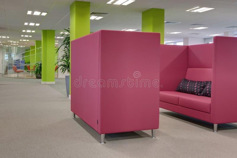 明亮地色的现代办公室 库存照片