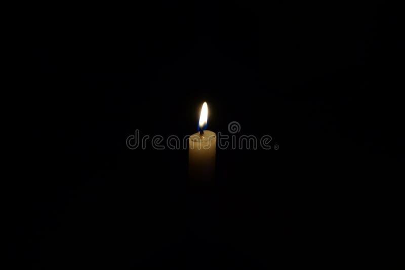 明亮地责备和发光在黑暗的夜的蜡烛光的接近的看法是光源 免版税库存照片