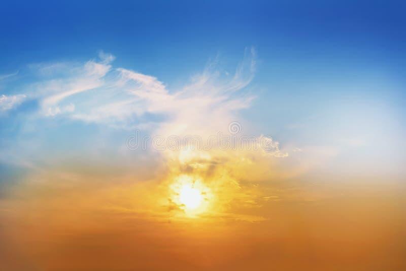 明亮的五颜六色的日落 美好的晚上田园诗风景多云暮色天空 平静的自然风景 库存图片