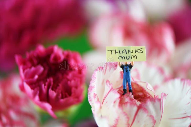 明亮的五颜六色的束春天花和微型笔记为母亲节 免版税图库摄影