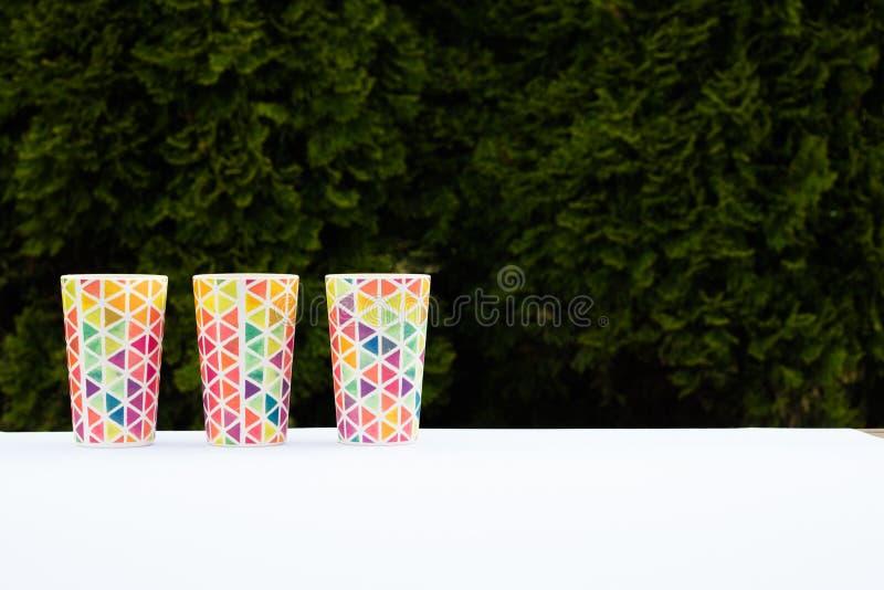 明亮的五颜六色的玻璃,野餐的盘,夏天玻璃 r 库存照片