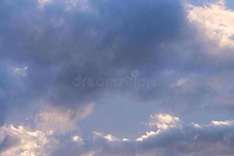 明亮的光和乌云颜色天空灰色蓝色和紫色 免版税图库摄影