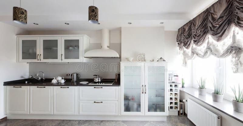 明亮的全新的欧洲厨房 库存图片