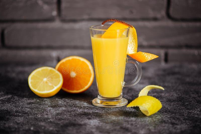 明亮的冷的成熟桔子夏天热带酒精橙色coctail  免版税库存照片