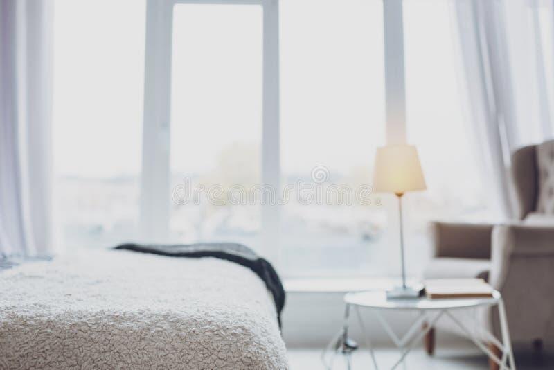 明亮的卧室在现代和设计好的房子里 库存照片