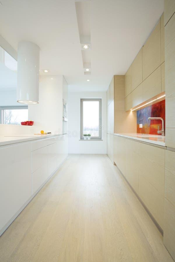 明亮的厨房垂直的看法  免版税库存照片