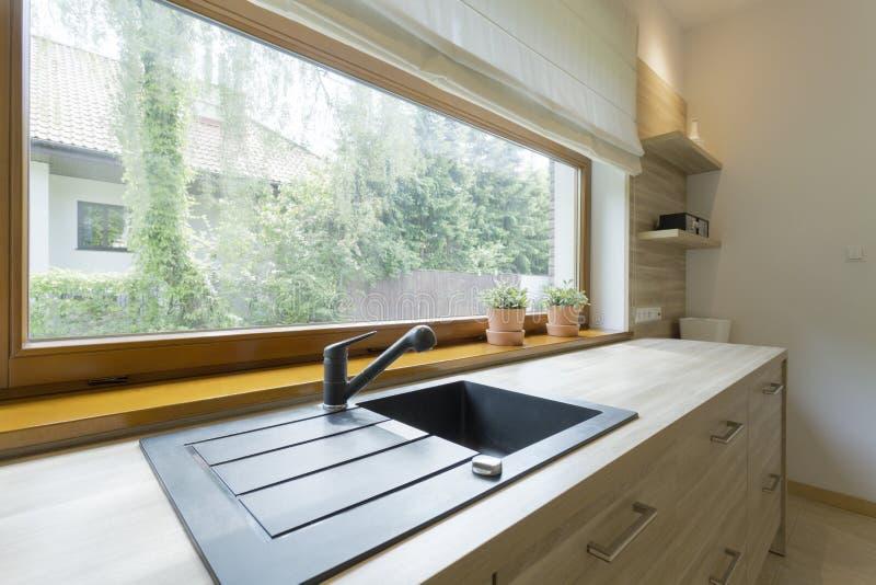 明亮的厨房有邻里的全景 库存图片