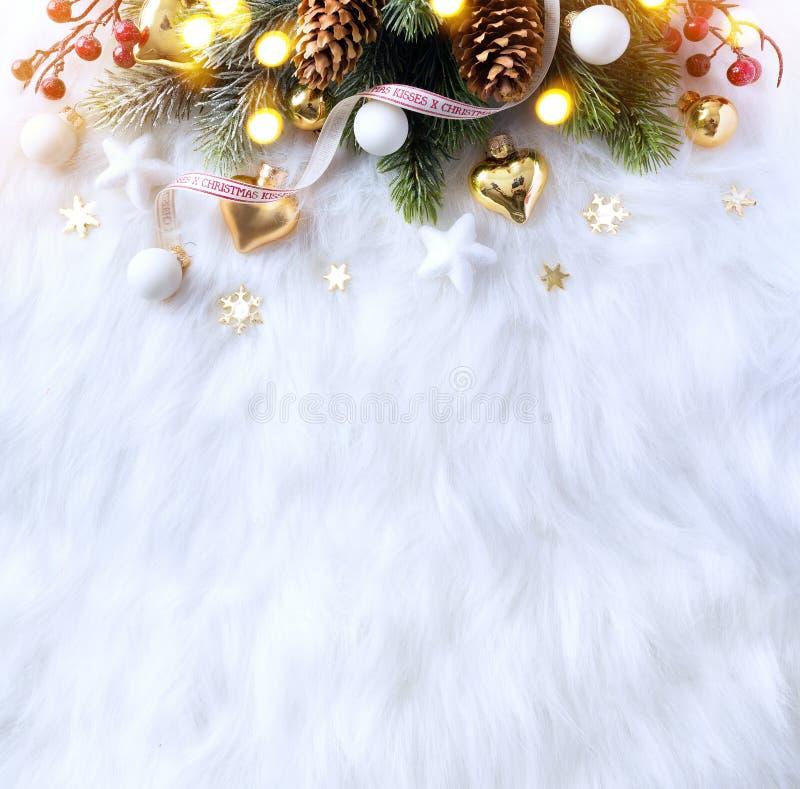 明亮的圣诞节;与Xmas装饰和C的假日背景 免版税库存照片
