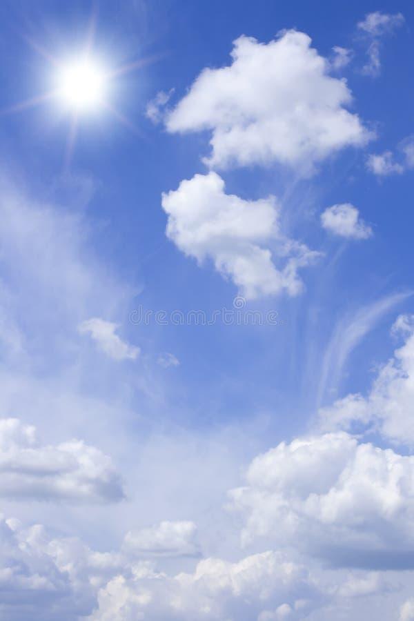 明亮的多云天空星期日 免版税图库摄影
