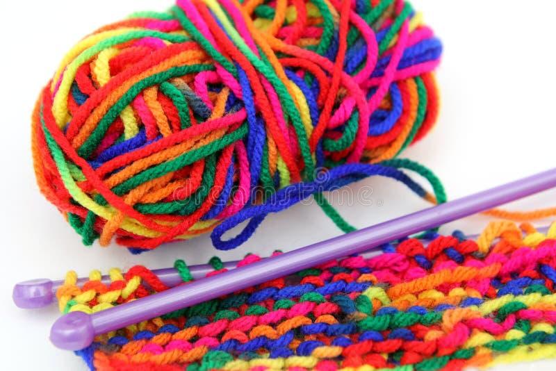 明亮的多彩多姿的五颜六色的编织的羊毛或毛线与knitti 库存照片