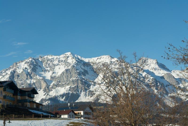明亮的多雪的山和旅馆-奥地利 免版税库存照片