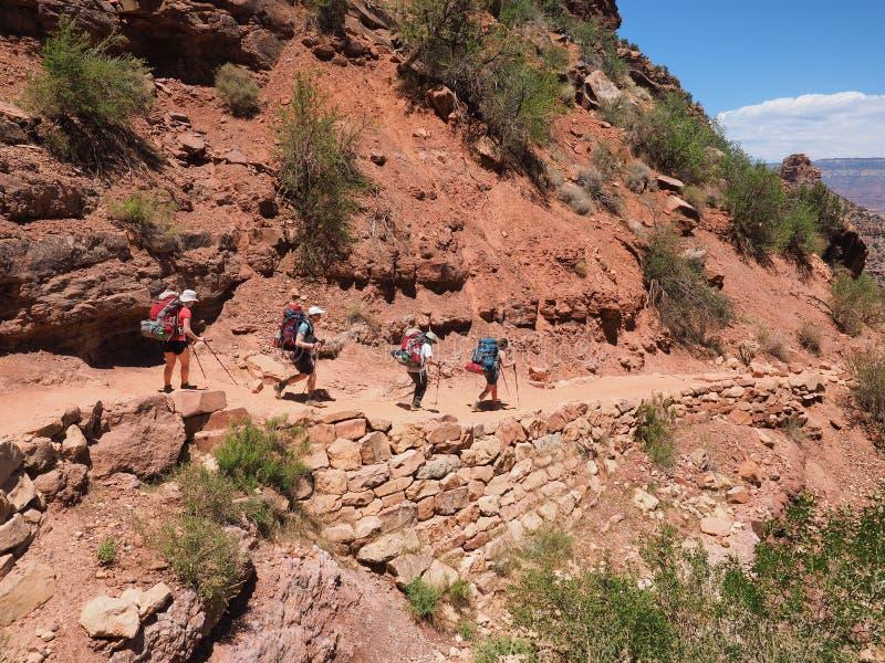 明亮的天使足迹的背包徒步旅行者在大峡谷 图库摄影
