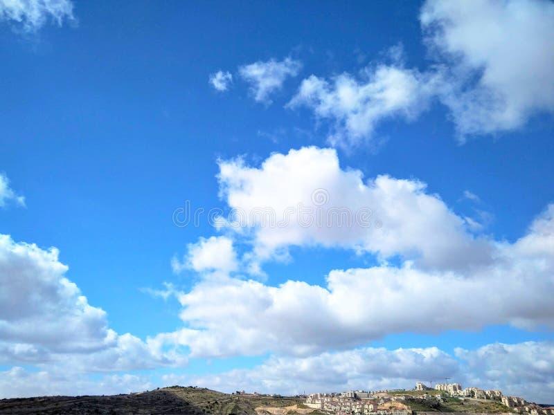 明亮的天空蔚蓝风景与白色云彩的在山 免版税库存照片