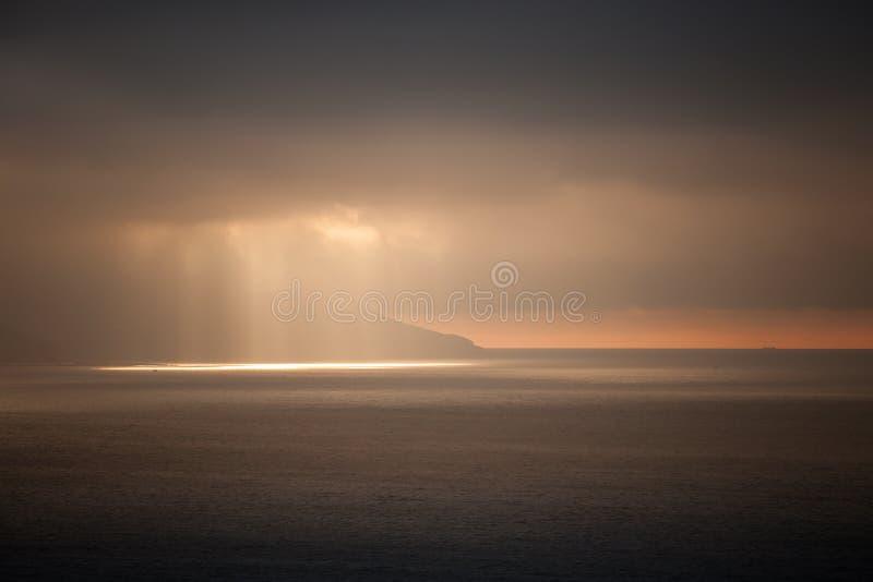 明亮的太阳光审阅黑暗的风雨如磐的云彩 唐基尔海湾, Mo 库存图片