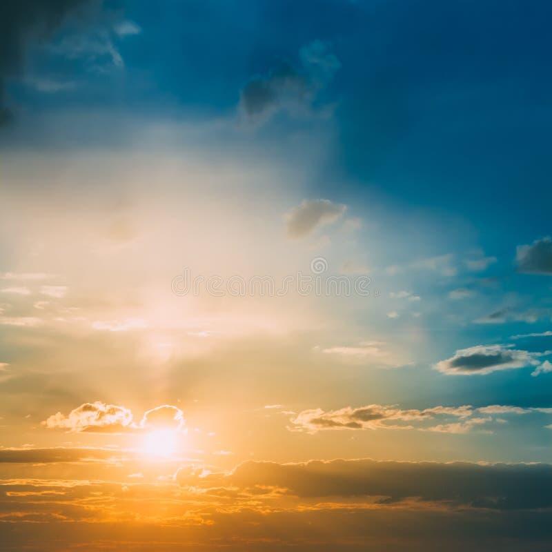 明亮的太阳,日落,日出 五颜六色的蓝色,黄色天空 免版税图库摄影