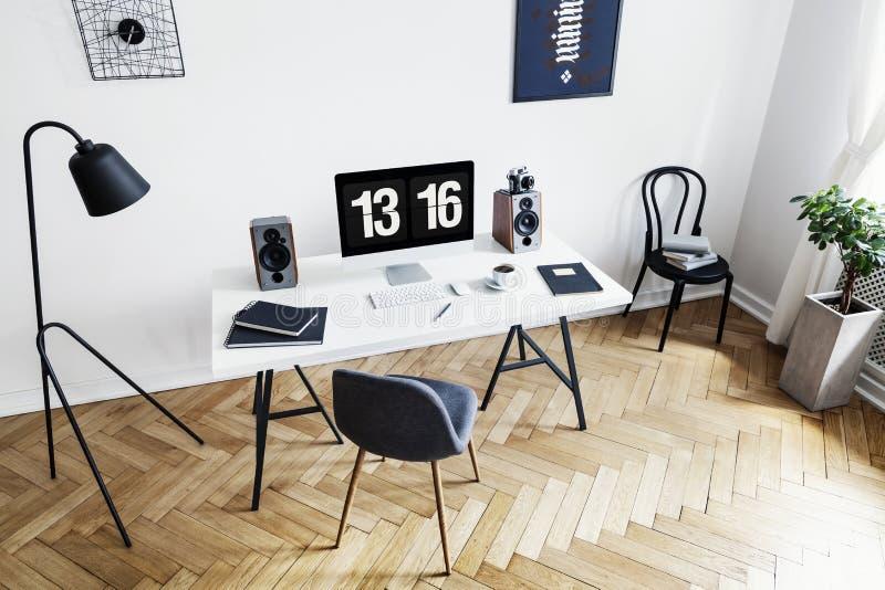 明亮的家庭办公室内部的大角度看法一位创造性的专家的有黑白家具和人字形parque的 库存图片