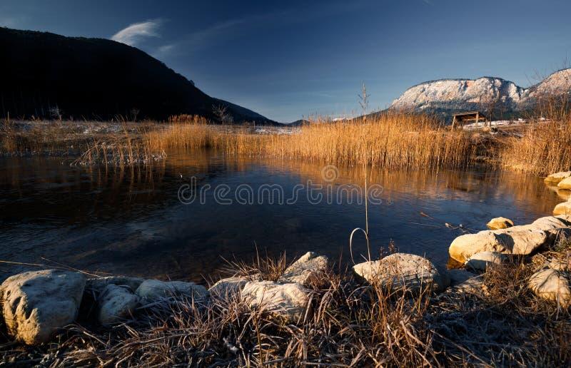 明亮的山峰反射在早晨湖,庄严高地环境美化 库存图片