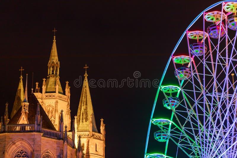明亮的弗累斯大转轮和著名大教堂Dom小山在晚上 详细资料 埃福特,德国 免版税库存照片