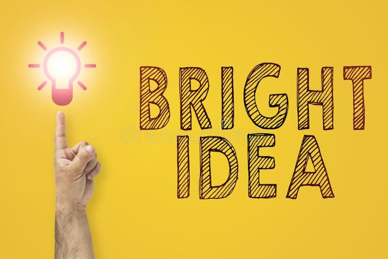 明亮的想法在手中 在一个电灯泡的指点 库存图片