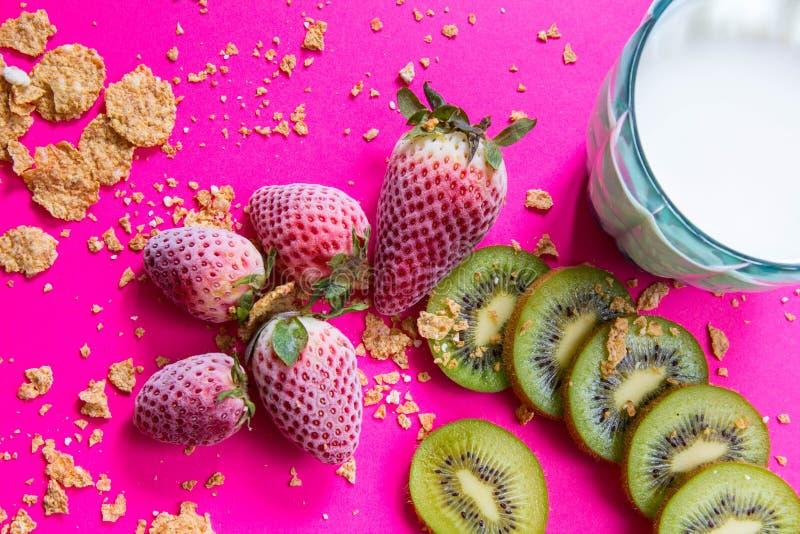 明亮的早餐图片-谷物和果子在紫红色的桌上 库存照片