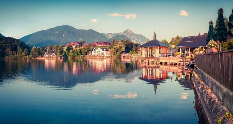 明亮的晴朗的早晨在Brauhof村庄 Grundlsee湖,施蒂里亚,奥地利,阿尔卑斯的利岑县的五颜六色的夏天全景 免版税库存图片