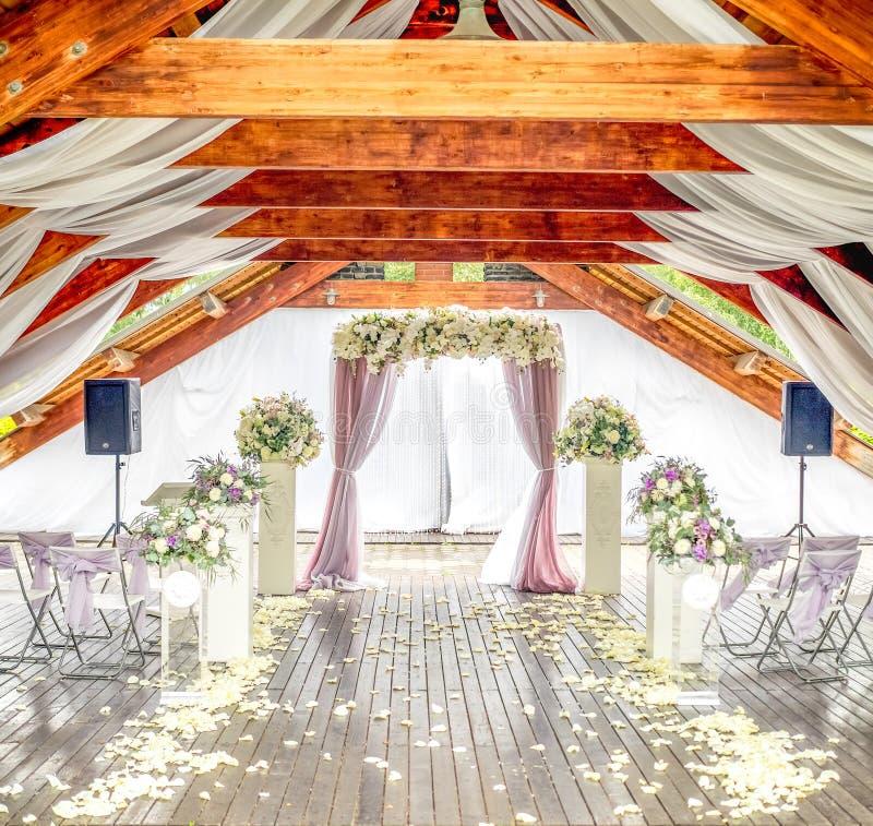 明亮的木婚礼仪式大厅 库存照片