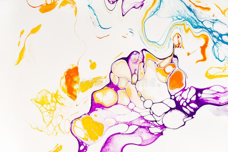 明亮的树脂艺术抽象背景 多色大理石表面,矿物石纹理 紫罗兰色,橙色和蓝色油漆 库存照片