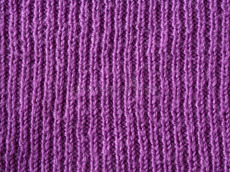 明亮的桃红色淡紫色羊毛手编织纹理抽象背景 库存图片