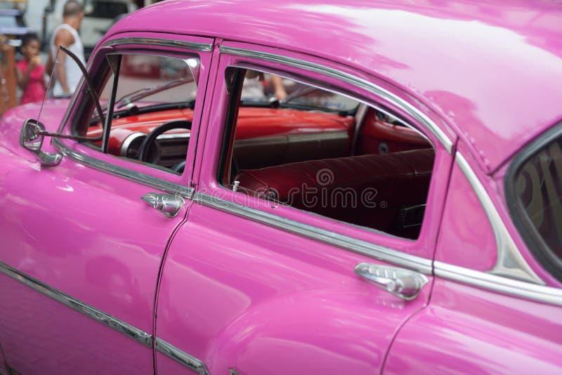 明亮的桃红色美国经典汽车特写镜头 免版税库存图片