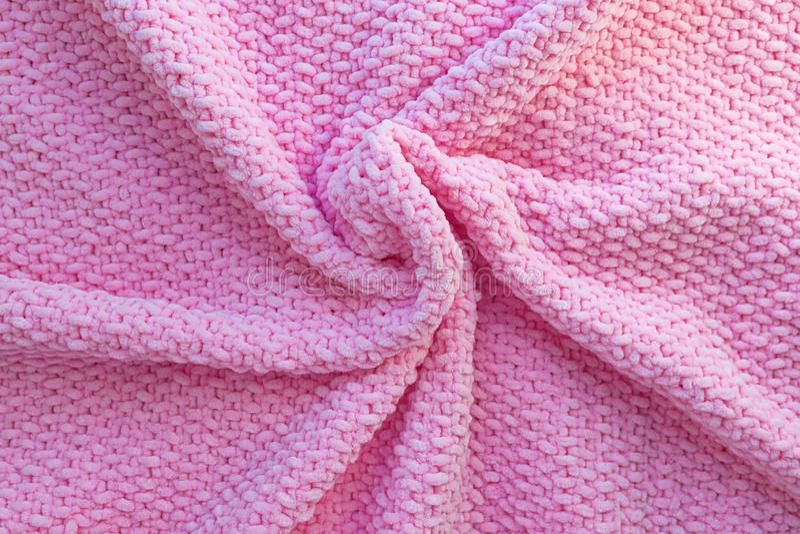 明亮的桃红色被编织的格子花呢披肩由软的豪华的毛线制成 毛织物品纹理 手工制造的工艺 库存图片
