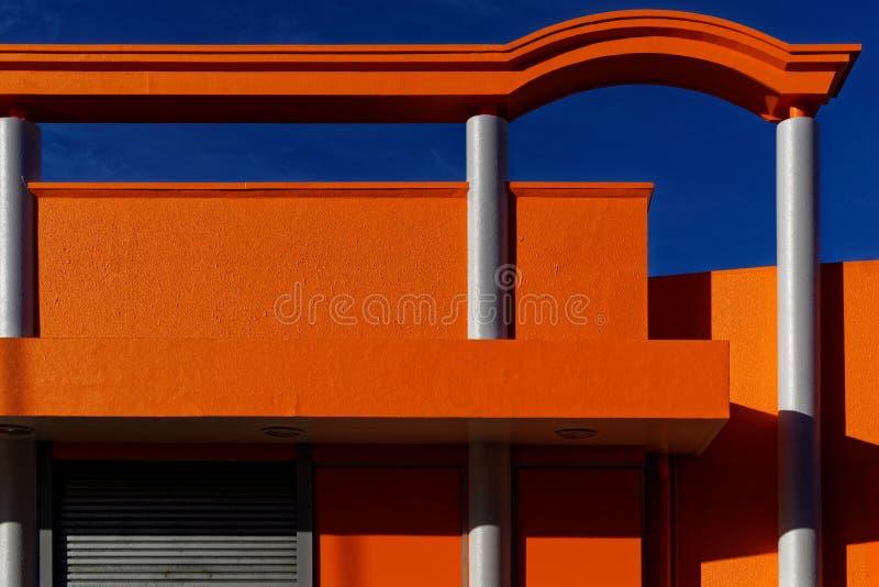 明亮的橙色艺术装饰样式大厦在纳尔逊CBD 库存照片
