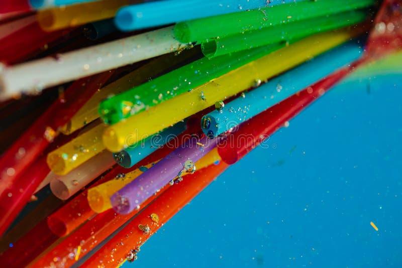 明亮的毒性鸡尾酒秸杆由危险塑料材料制成 库存图片