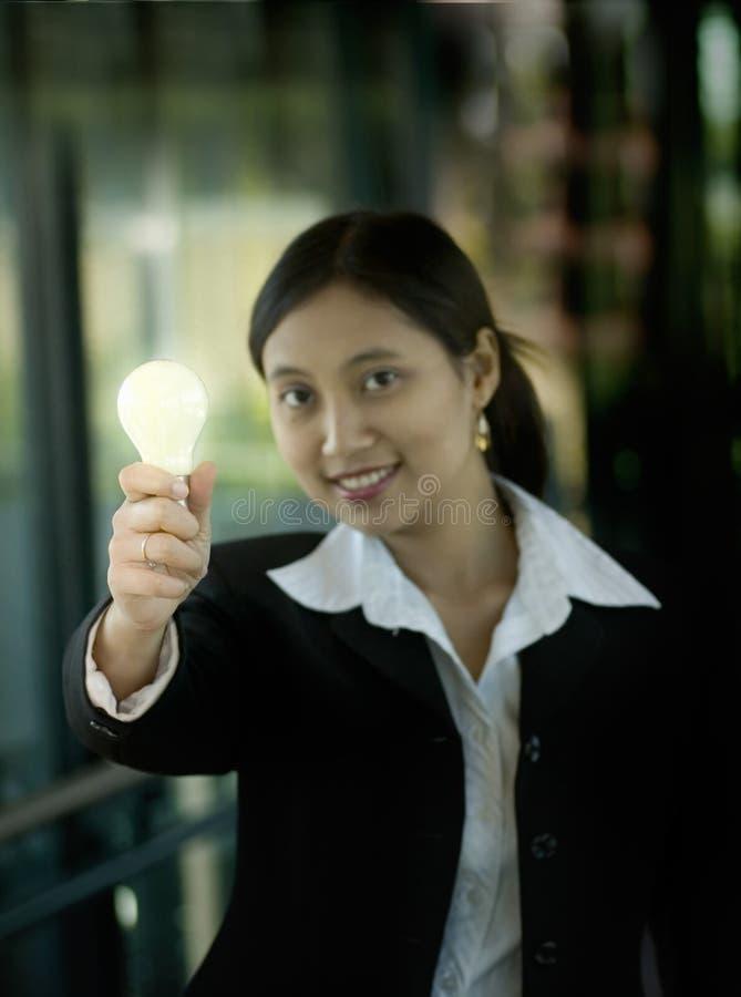 明亮的电灯泡女实业家想法 免版税库存照片