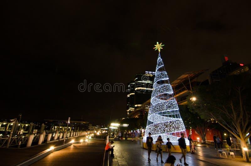 明亮的白色圣诞节树夜摄影点燃在国王街道码头,亲爱的港口 库存照片