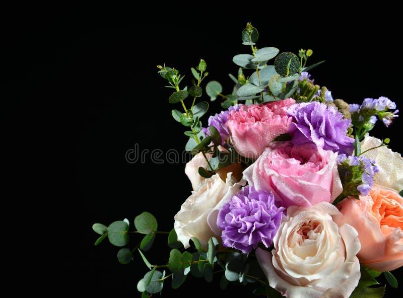 明亮的白色桃红色紫色玫瑰美丽的花束开花与 免版税库存照片