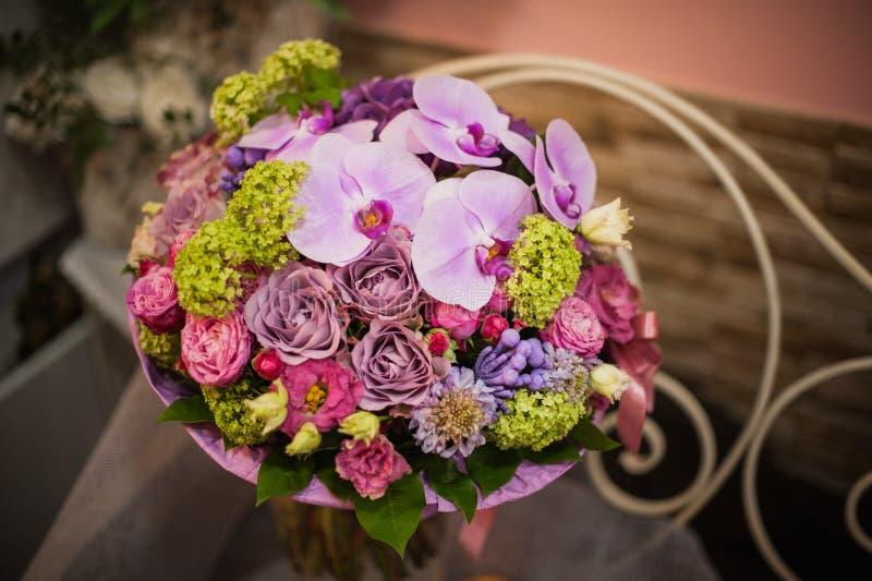 明亮的白色玫瑰美丽的花束在桌上开花, 库存照片
