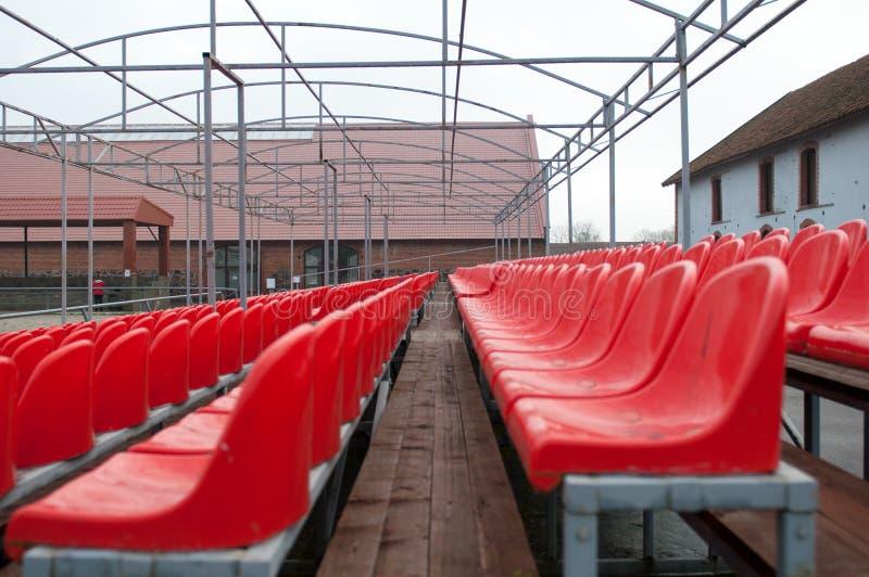 明亮的红色供以座位体育场 免版税图库摄影