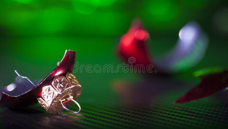 明亮的红色和残破的装饰品 免版税库存图片