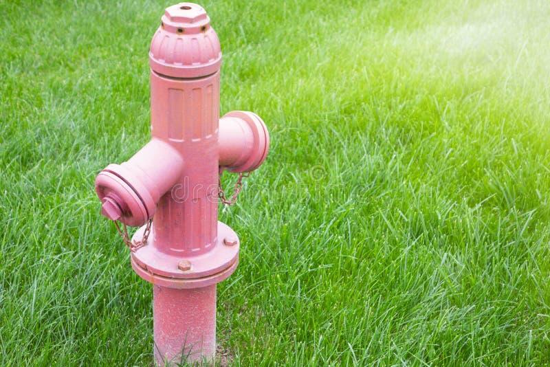 明亮的红色被隔绝的消防龙头在a新近地坐 库存图片