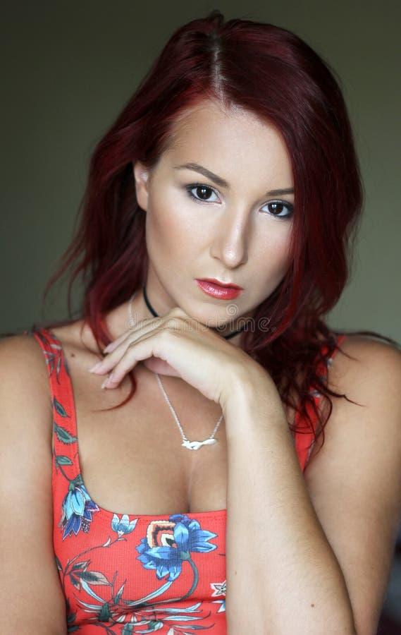 明亮的红顶画象的年轻红头发人妇女 库存照片