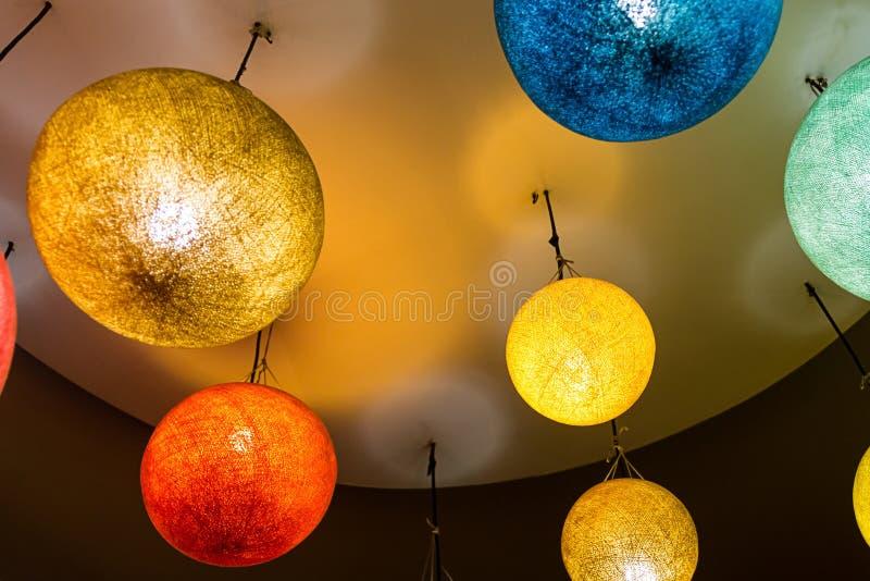 明亮的纸灯高橙色蓝色黄色样式亚洲eco灯五颜六色的内部给的样式 免版税库存图片